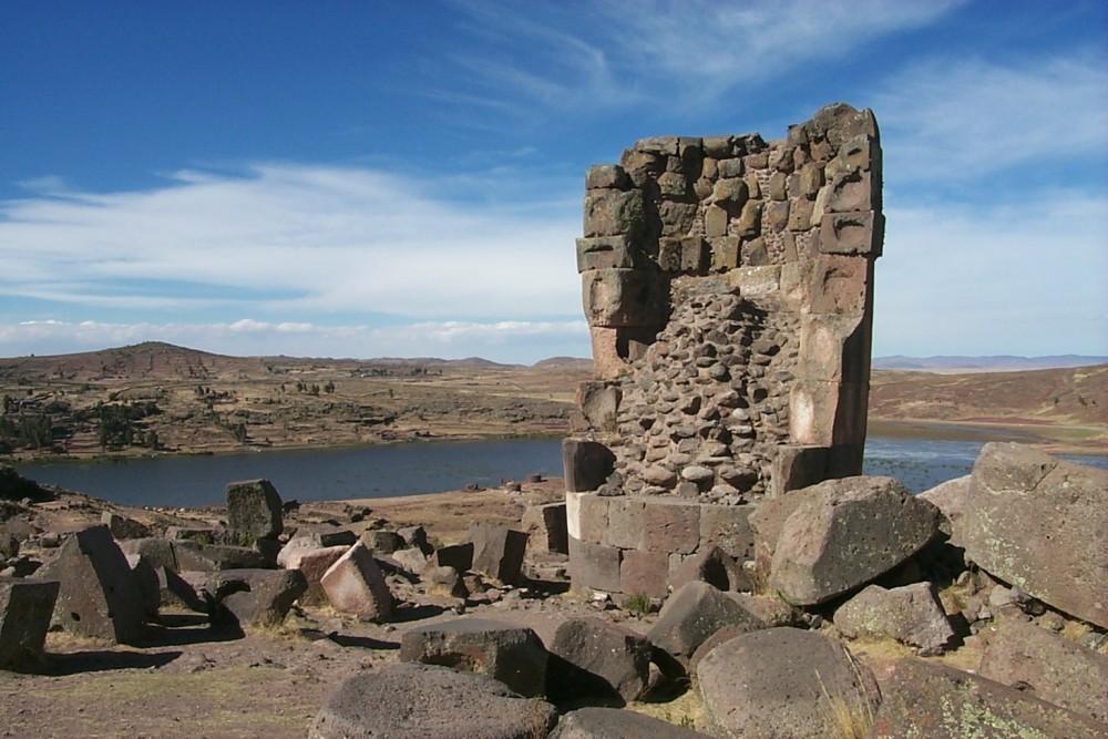 Перу. Погребальные башни Сильюстани.