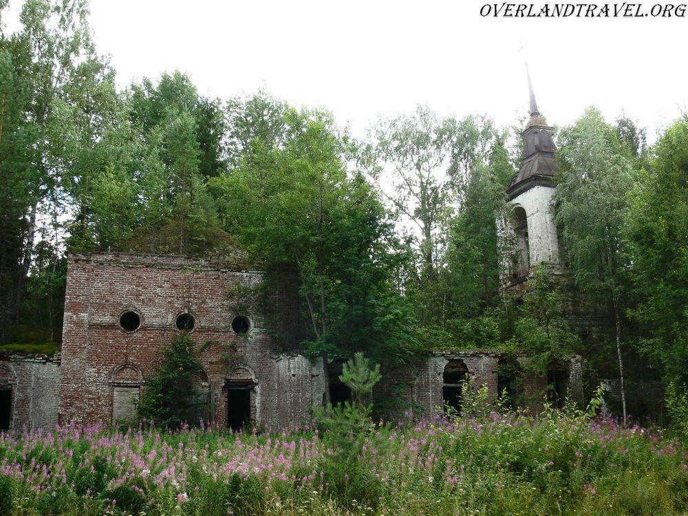 Россия, Костромская область. Заброшенная церковь в лесу.