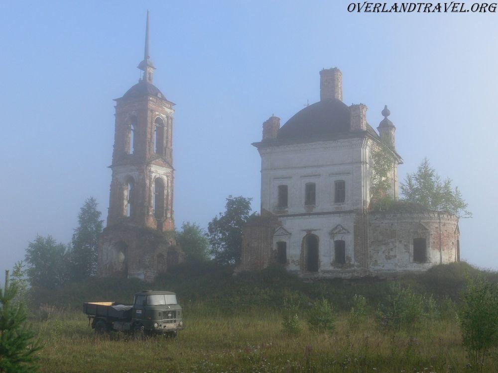 IFA-W50 на фоне заброшенной церкви, Костромская область.
