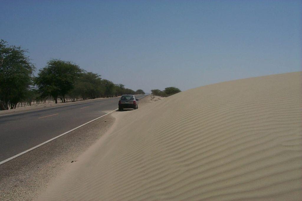 Южная Америка, Перу. Песчаная дюна, надвигающаяся на Панамериканское шоссе.