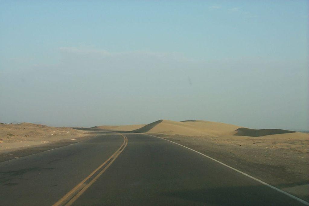 """Южная Америка, Перу. Шоссе Пан Американ и """"шагающая"""" песчаная дюна."""