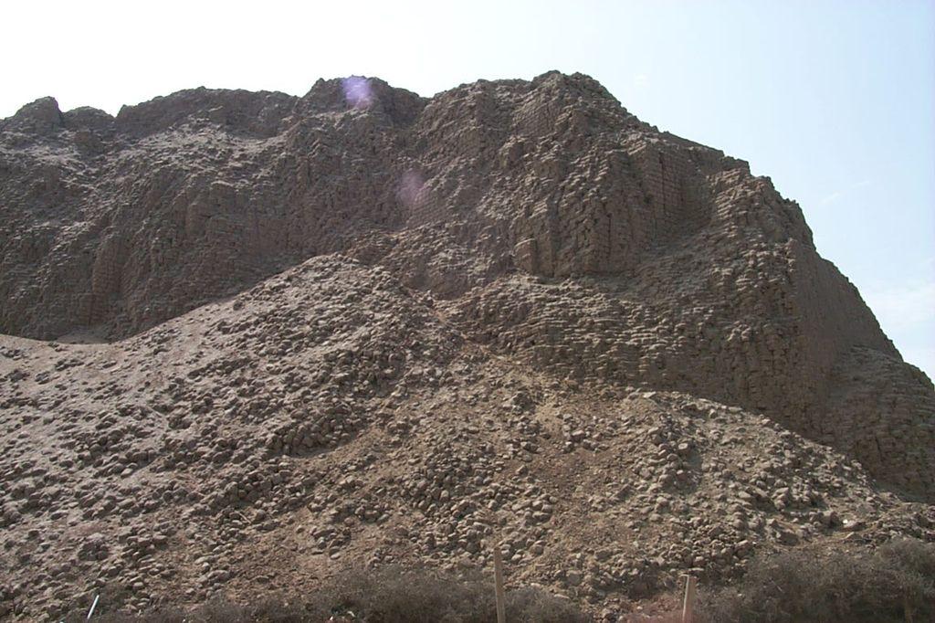 Южная Америка, Перу. Пирамида Солнца построена из глиняных кирпичей.
