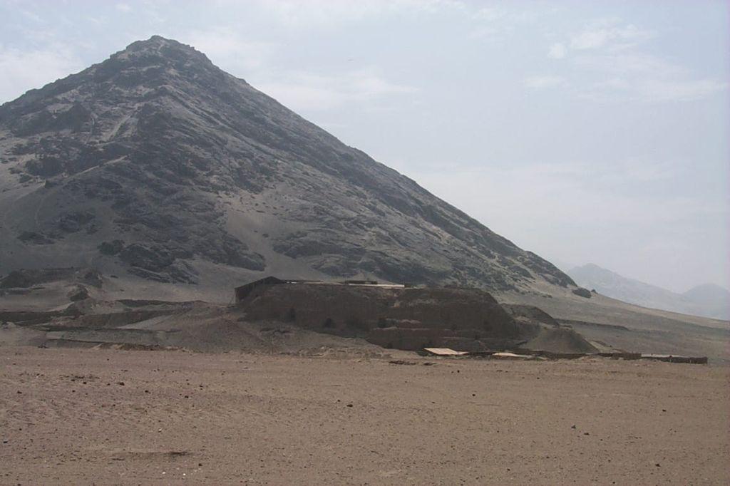Южная Америка, Перу. Пирамида Луны расположен в 500 м от Пирамиды Солнца.