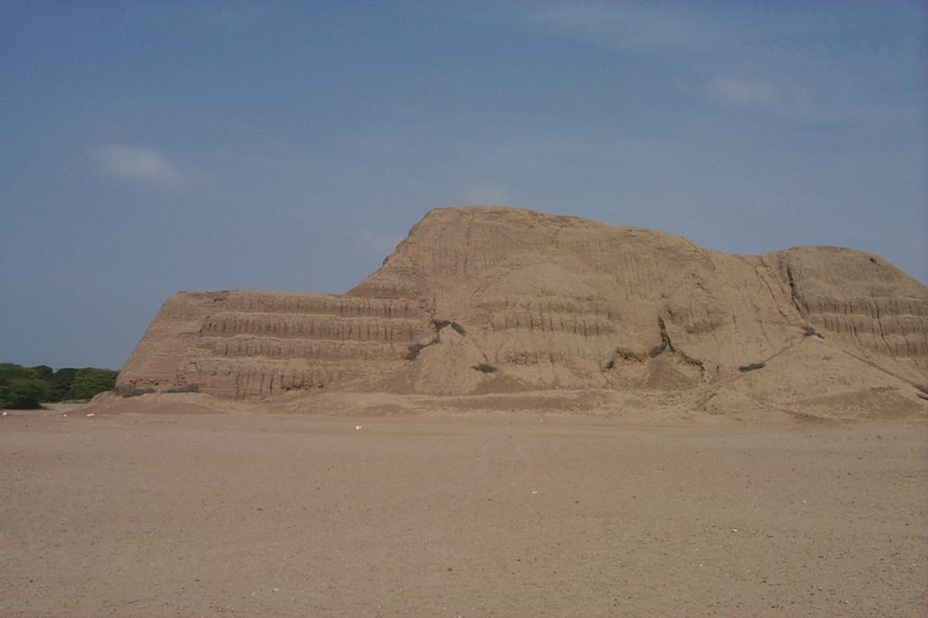 Южная Америка, Перу. В 8 км на юг от Трухильо расположены церемониальные центры - Пирамида Солнца и Пирамида Луны, созданные в период развития культуры Мочика.