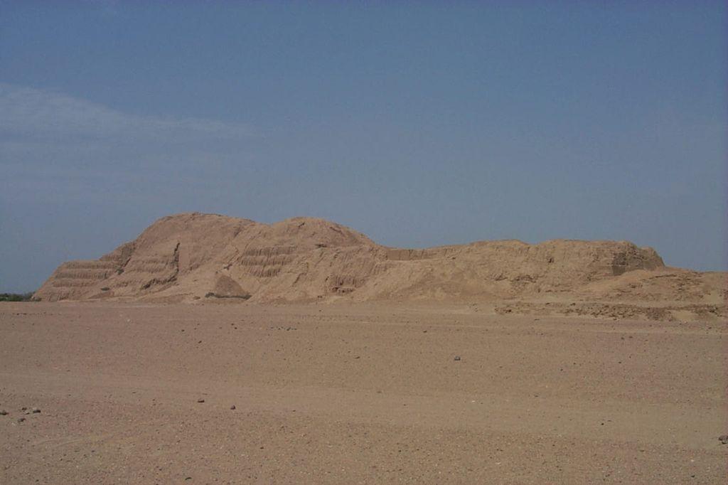 Южная Америка, Перу. Пирамида Солнца представляет собой ступенчатое сооружение высотой 43м.