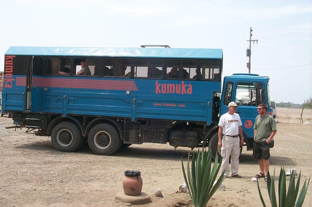Южная Америка, Перу. Грузовик туристической компании Kumuka около Пирамиды Солнца и Пирамиды Луны не далеко от города Трухильо.