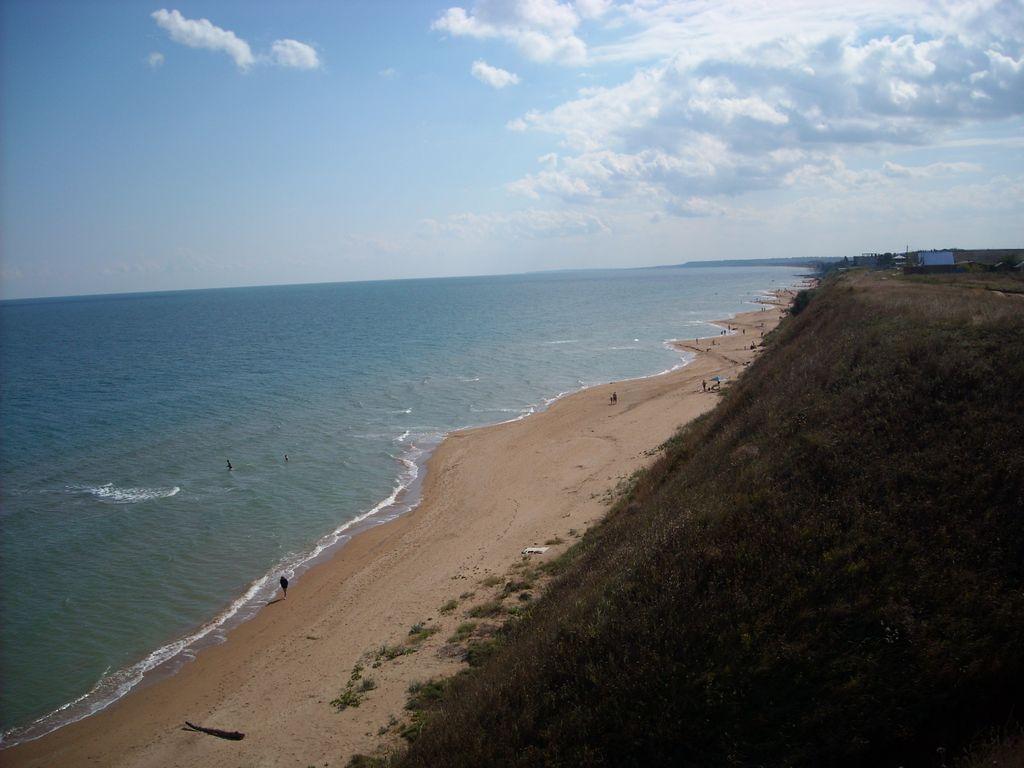 Поселок Кучугуры расположен на побережье Азовского моря