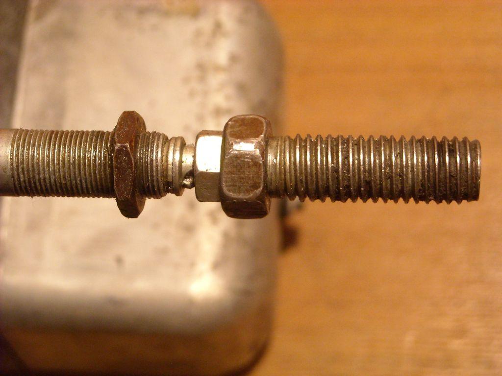 IFA-W50 ремонт привода стеклоочистителя Накручиваем болт и закрепляем контргайкой.
