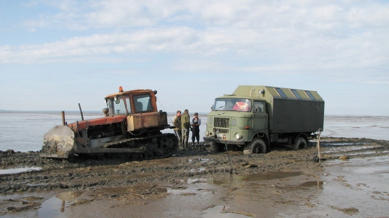 After two days of standing in the waters of the White Sea, during a low tide, IFA-W50LA was rescued by a DT-75 tractor.